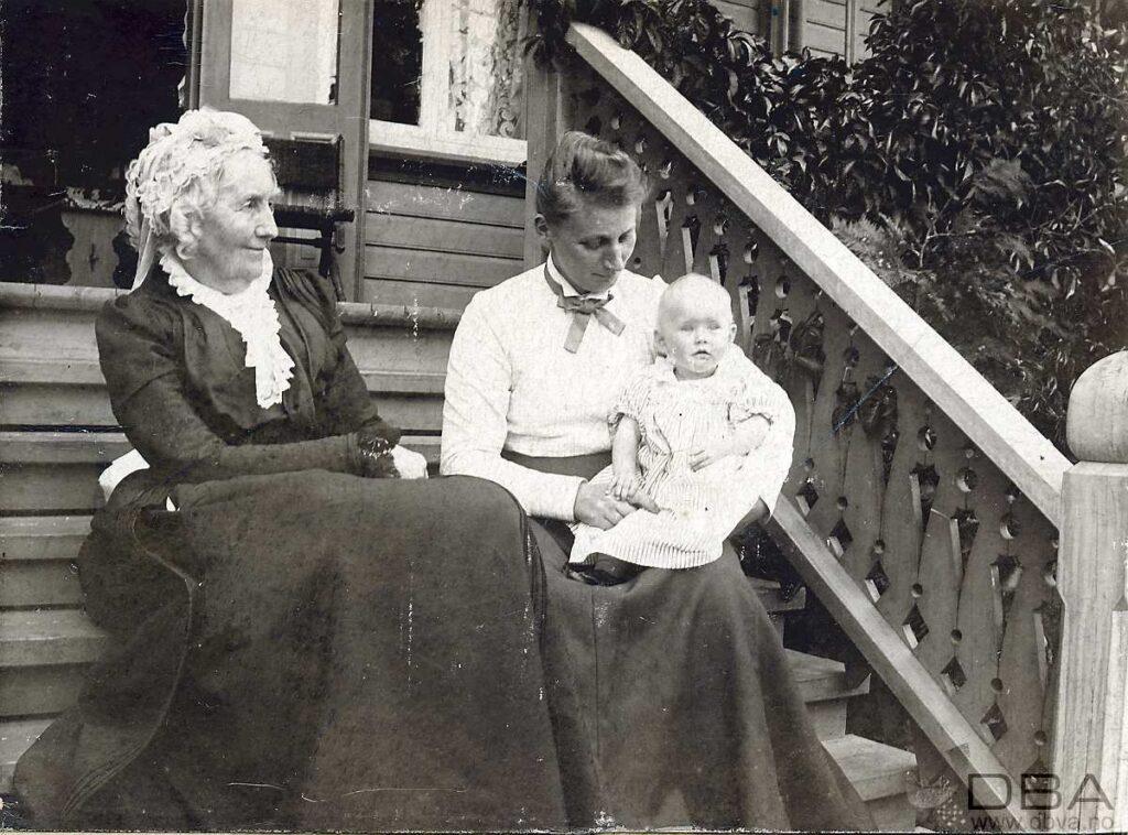 """Louise Wilhelmine Hegermann (til venstre), (datter af Diderich Hegermann og Hanne Susanne Kristiane Nideros) født 05.03.1822.  Hun ble gift med Nikolai Jean Moe, født 22.06.1813, død 27.03.1872.  Louise død 03.05.1913.   -- Tilhører en serie med bilder (VAFB-1999_16-...)som ble funnet under en loftsrydding og ble levert til Vest-Agder-museet i 1999. I hovedsak bilder av medlemmer av Moe-familien som bodde på Nedre Kongsgård i Kristiansand.  Om Nedre Kongsgård: Et av de første sveitserhusene i Kristiansand. Bygd ca 1850 av Robert Major. Solgt i 1854 til Nicolai Jean Moe. Etter hans død i 1872 overtok hans enke, Louise Wilhelmine f.Hegermann driften, og deretter sønnen Nicolai Johan Moe.  Solgt til Kristiansand kommune i 1916. Fotograf/Photographer: Ukjent  Personer på foto/Identified individuals: Louise Wilhelmine Moe f. Hegermann  Louise Moe - også kalt """"Lulle"""" Louise Wilhelmine Moe Sted/Place: Kristiansand, Vest-Agder, Norway Foto tatt/Date taken: 1901 Ref: VAFB-1999-16-016  Arkivskapers hjemmeside/Creators website: <a href=""""http://www.vestagdermuseet.no"""">Vest-Agder-museet</a>  Høyere oppløsning og bestilling/High-resolution and ordering: <a href=""""http://dbva.vaf.no/fotoweb/Grid.fwx?archiveId=5001&SF_LASTSEARCH=snig&SF_FIELD1_GROUP=1&SF_GROUP1_BOOLEAN=and&SF_FIELD1_MATCHTYPE=exact&SF_FIELD1=VAFB-1999-16-016.tif&SF_SEARCHINRESULT=0&SF_GROUP2_BOOLEAN=and&SF_GROUP2_FIELD=FQYFT&SF_FIELD2_GROUP=2&SF_FIELD2_MATCHTYPE=exact&SF_FIELD2_BOOLEAN=and&SF_FIELD2=&SF_FIELD3_MATCHTYPE=exact&SF_FIELD3_BOOLEAN=and&SF_FIELD3_GROUP=1&SF_FIELD3=&doSearch=Gå"""">Besøk/Visit www.dbva.no</a> -   <a href=""""http://www.dbva.no"""">Digitale bilder i Agder/Digital images from Agder</a> *** Local Caption *** Louise Wilhelmine Moe f. Hegermann  Louise Moe - også kalt """"Lulle"""" Louise Wilhelmine Moe"""